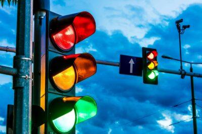 【点滅信号】赤信号や黄信号の点滅時の意味と対応とは?罰則や事故時の過失割合まで