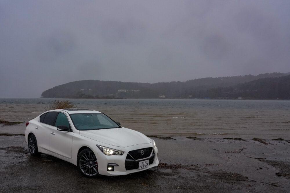 新型 日産 スカイライン 400R 大雨の山中湖湖畔