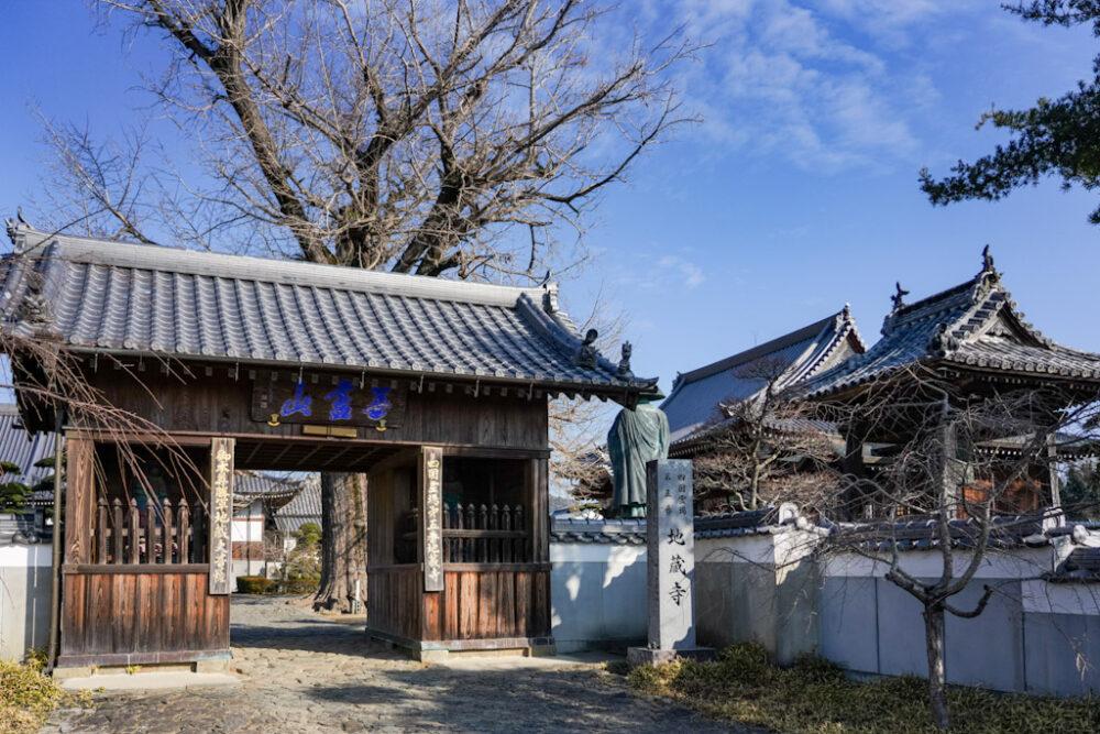 お遍路 第5番札所 地蔵寺 の山門。右手は大師堂。
