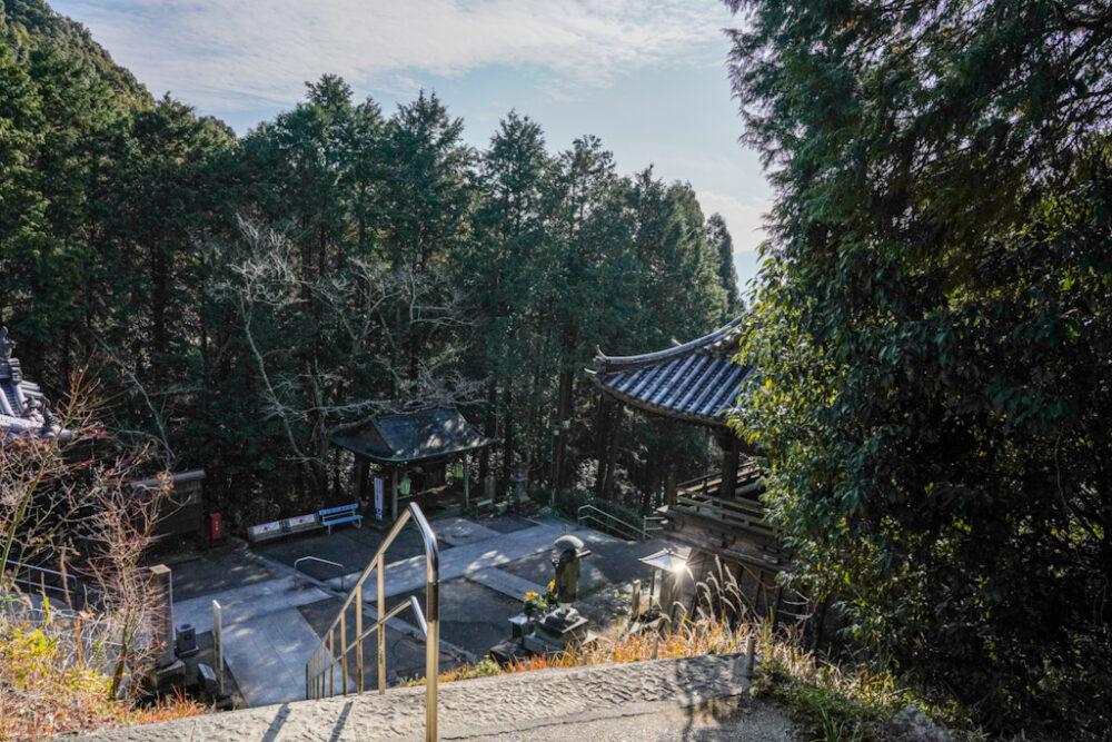 お遍路 第8番札所 熊谷寺の境内。本堂、大師堂を見下ろす