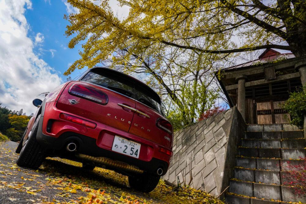 新型ミニ・クラブマン クーパーS ALL4 神社前の紅葉の下で撮影
