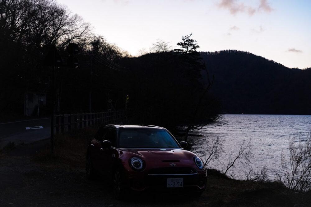 新型ミニ・クラブマン クーパーS ALL4。日の出時刻頃の湖畔で撮影