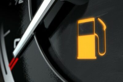 50キロ走れる?ガソリンランプ・給油ランプが点灯したら|ガス欠寸前時の対処法も