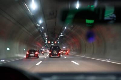 トンネル内追い越しは違法?原則禁止の理由や追い越し可能な条件とは