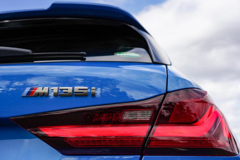 新型BMW 135i xDriveのリアにある「M135i」のバッジ