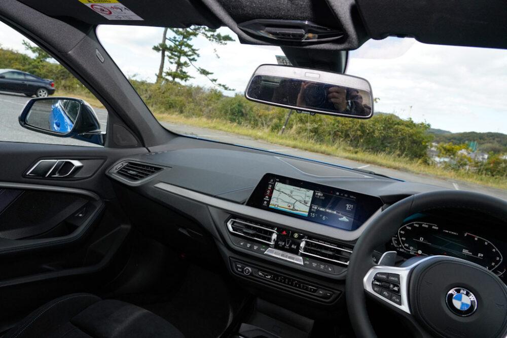 新型BMW 135i xDriveの助手席側内装。インパネ