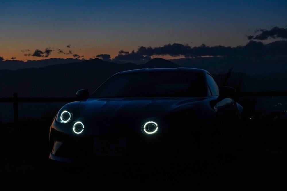 アルピーヌA110のヘッドライト点灯状態でウインカーを点灯、ウインカーが消灯時のウインク状態を撮影