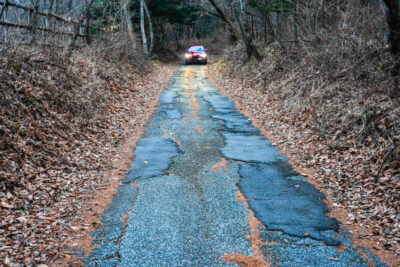 【くるまTips】狭い道で対向車が!「すれ違い」時の対処法