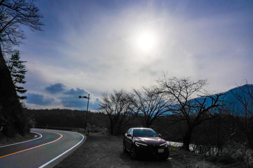 精進湖畔の道路の路肩に停まるアルファロメオ・ステルヴィオ・2.2ターボディーゼル
