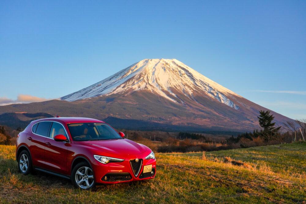 アルファロメオ・ステルヴィオ・2.2ターボディーゼル。背景に富士山