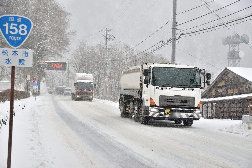 雪道を走行中の車