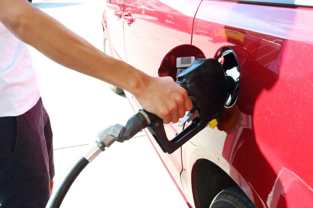 車にガソリンを入れる男性の手