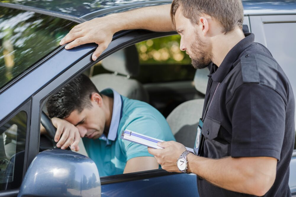 車の中で悲しんでいる男性