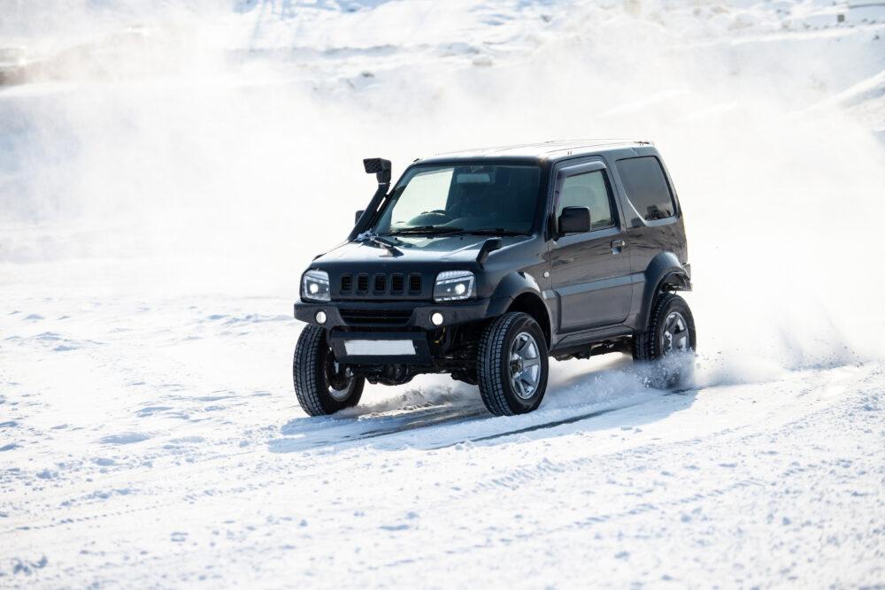 雪道を走行するSUV軽自動車