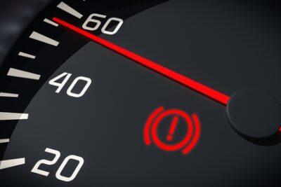 車のビックリマークはブレーキ警告灯!点灯する意味や消えない時の対処法は?