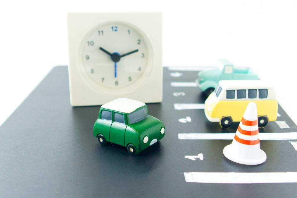 おもちゃの車と駐車場
