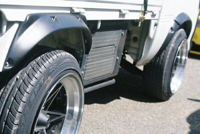オーバーフェンダーとは?取り付け加工や構造変更と車検について