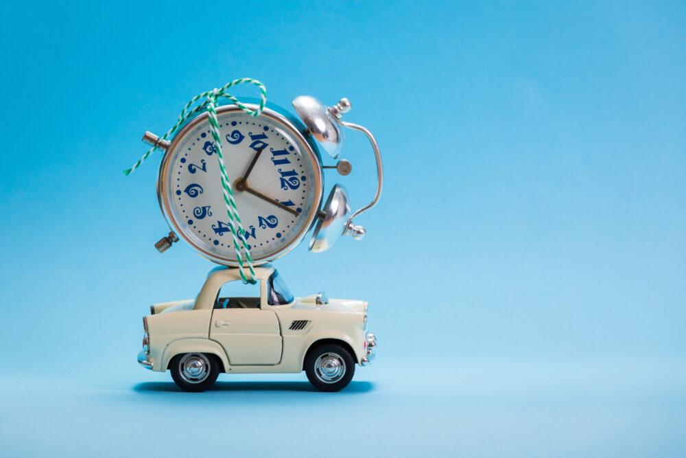 おもちゃの車と時計の画像