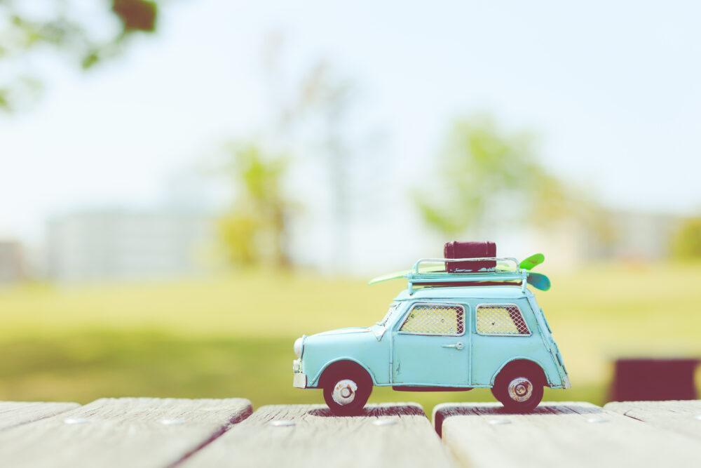 車の模型と自然の緑の画像