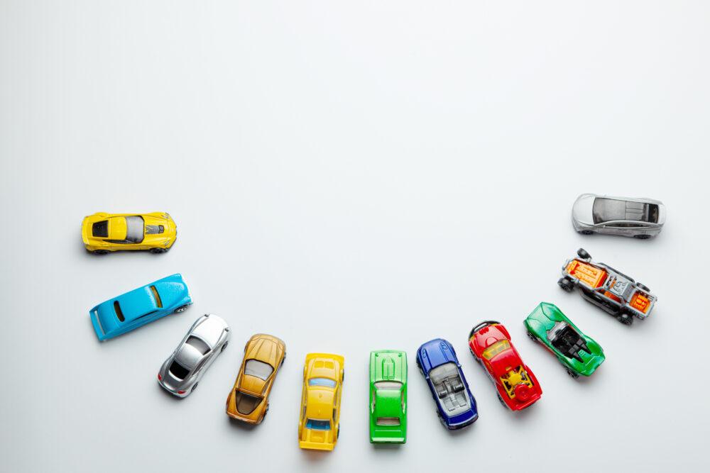 カラフルなおもちゃの車の画像