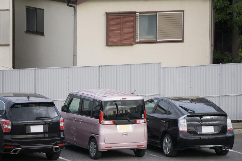 駐車場にとまっている車