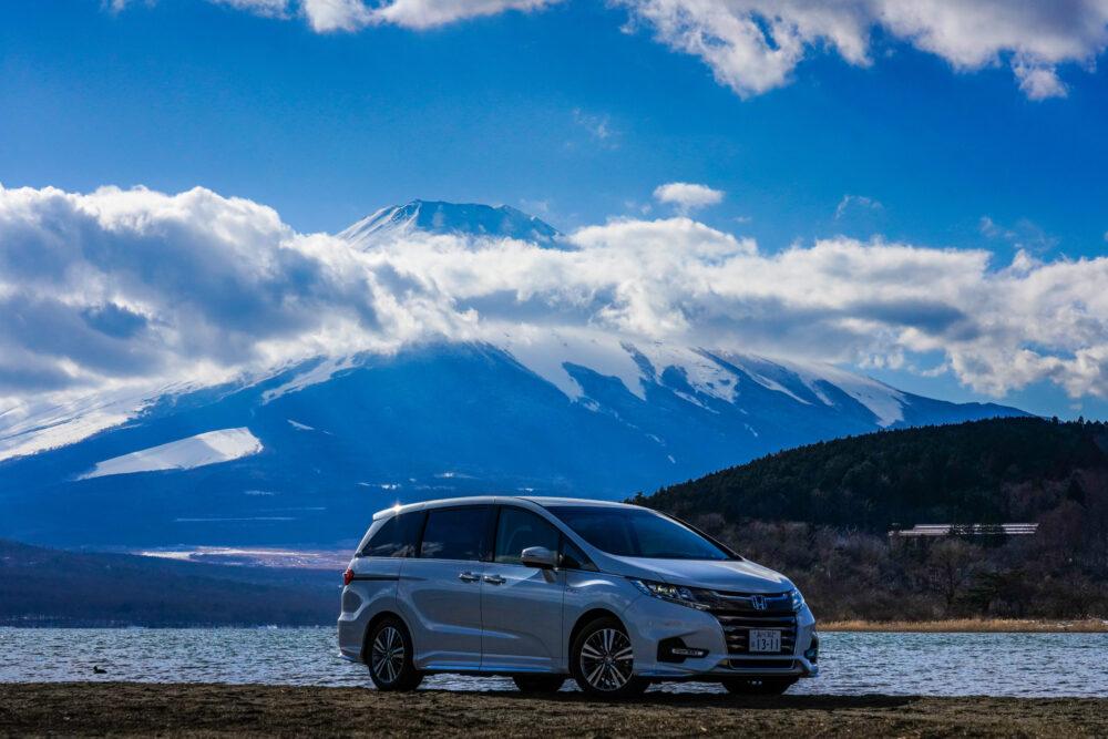 山中湖と富士山を背景に映るホンダ・オデッセイ