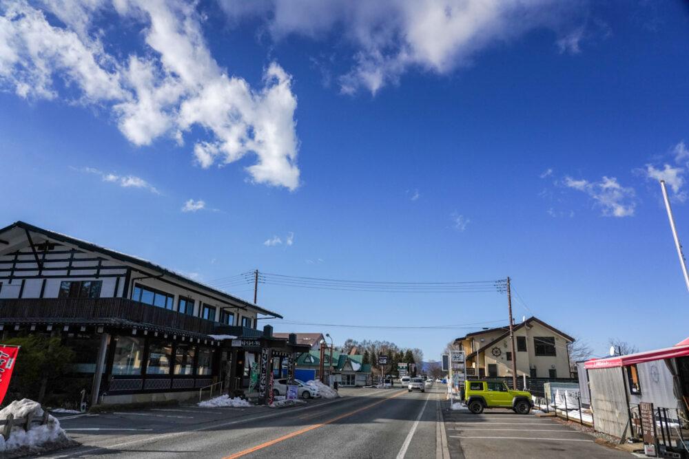 山中湖南西の店の多い通り。ほうとう屋