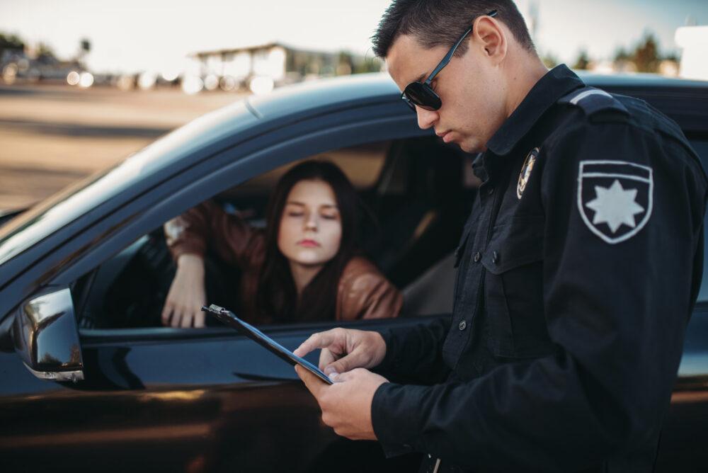 交通違反を犯した女性