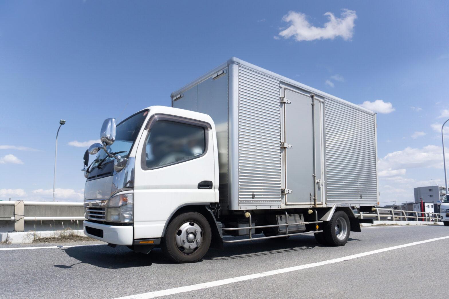 普通免許でトラックの積載量は何トンまで運転できる?免許取得日で変わる【2021年最新情報】