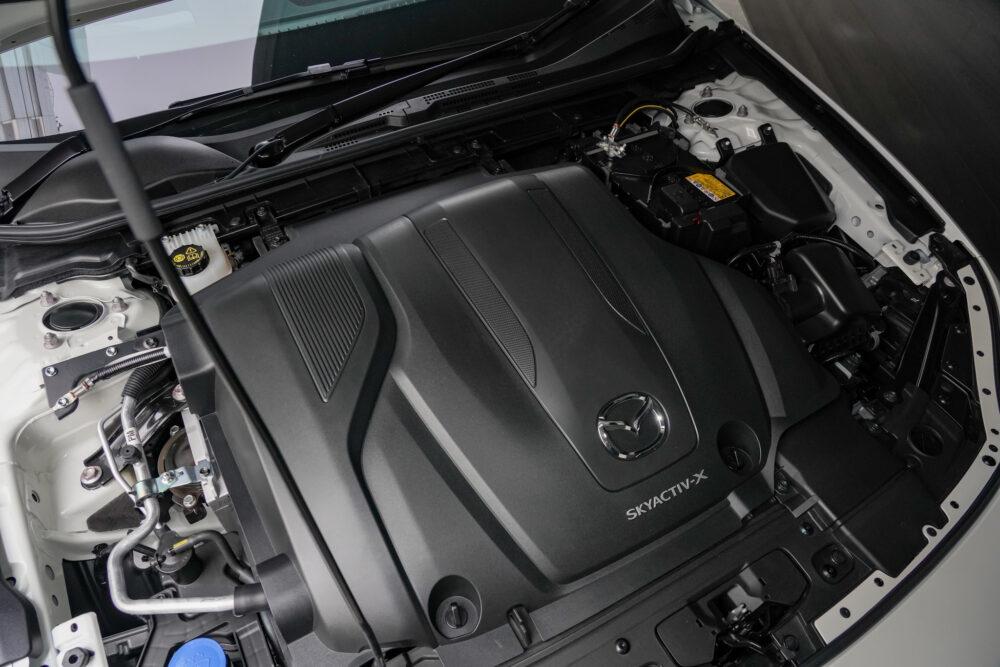 マツダ3ファストバック スカイアクティブXのエンジンフード
