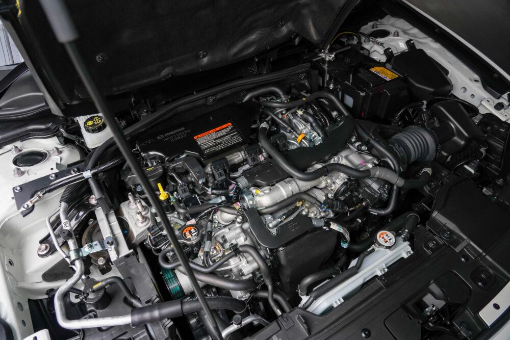 マツダ3ファストバック スカイアクティブXのエンジンフードを開けたところ