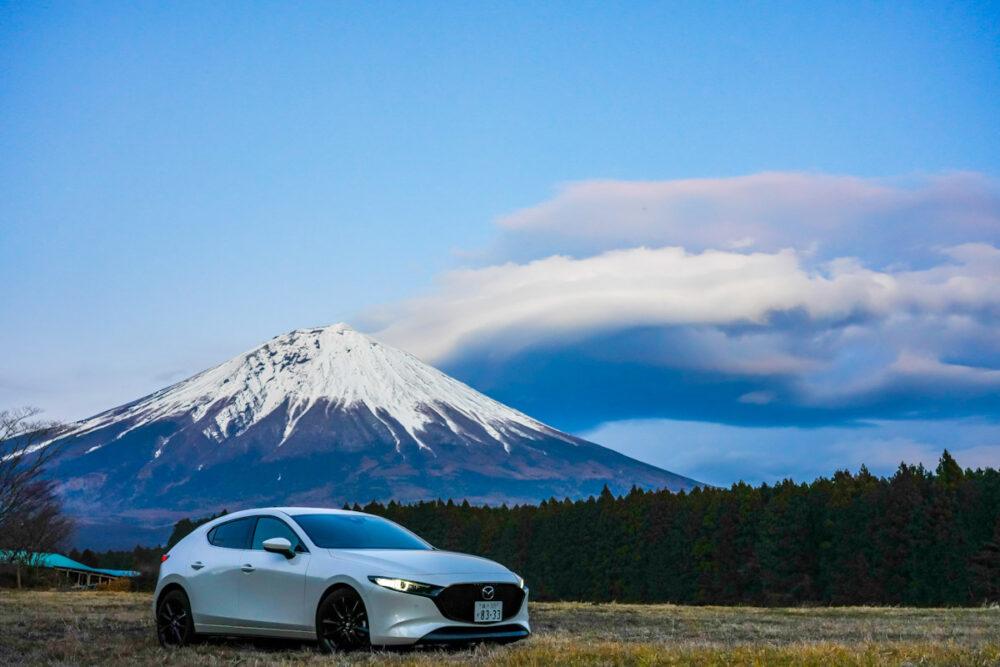 富士山を背景にマツダ3ファストバック スカイアクティブX
