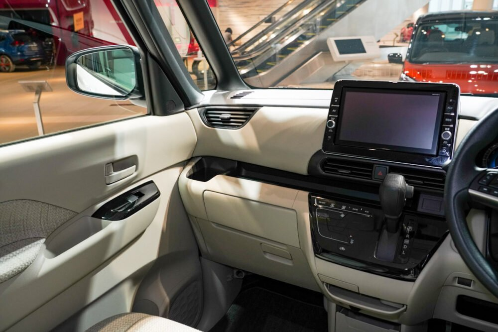 新型日産ルークス スタンダードモデルのインパネ、センターコンソールから助手席