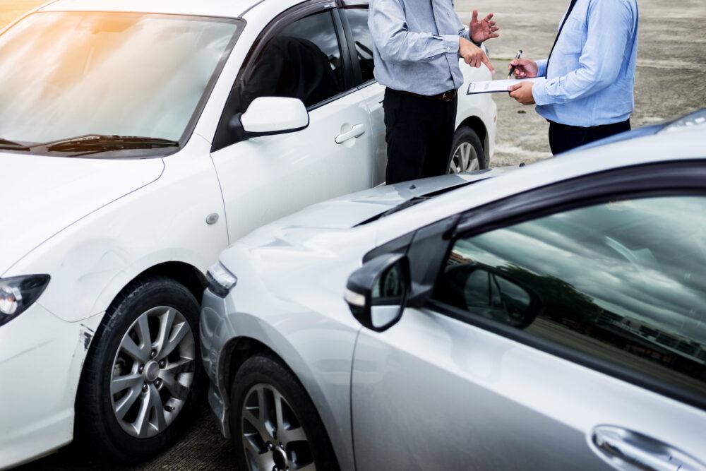 事故車の保険手続きをする人の画像