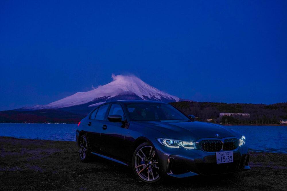 日の出前の山中湖から望む富士山を背景に撮影したBMW M340i