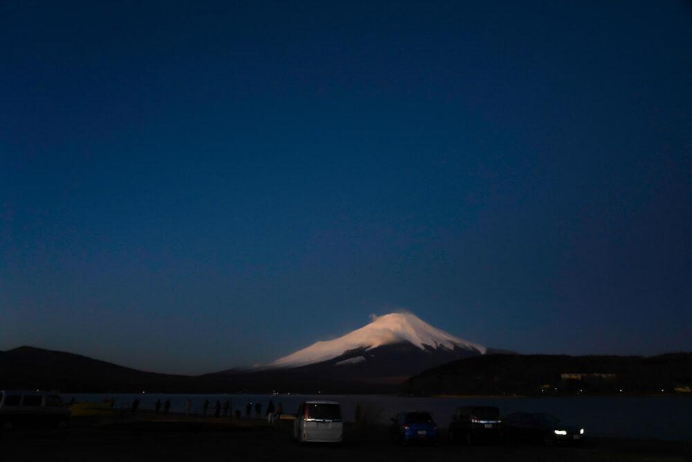 日の出前の山中湖から望む富士山