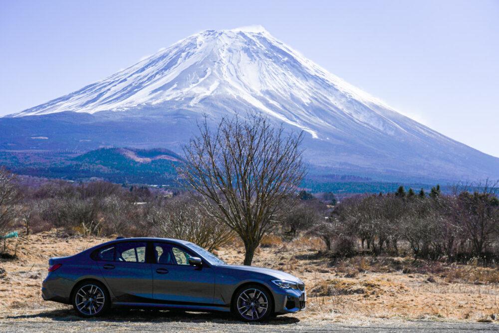 富士山と枯れ木を背景に撮影したBMW  M340i
