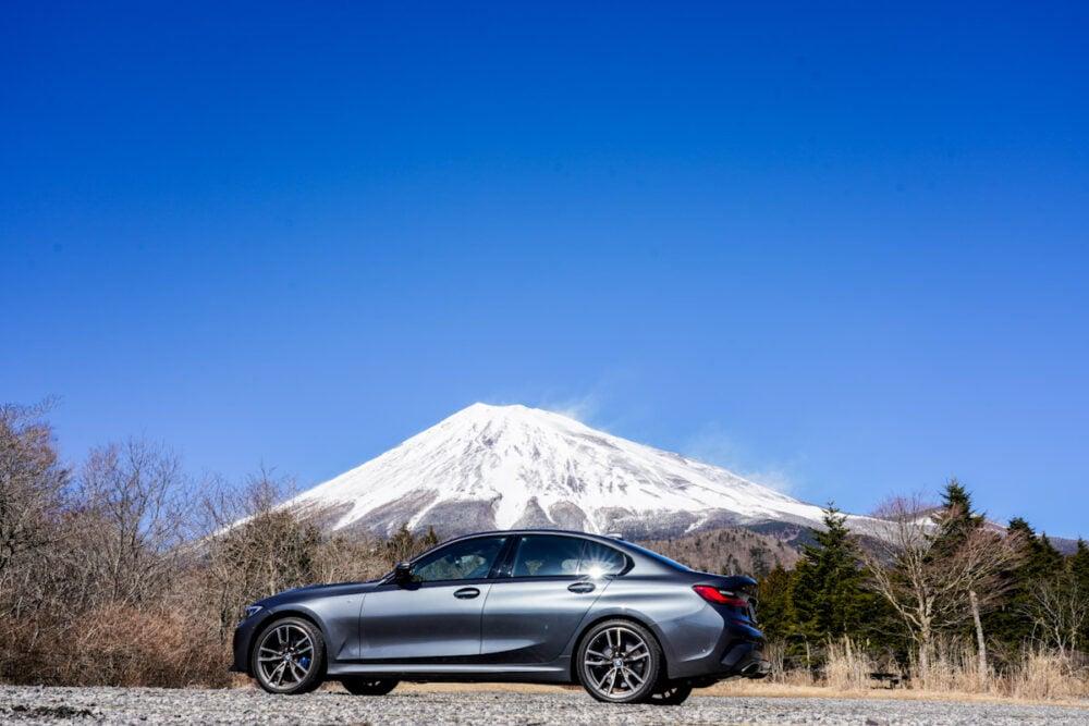 西臼塚で富士山を背景にBMW M340iのボディサイドを撮影