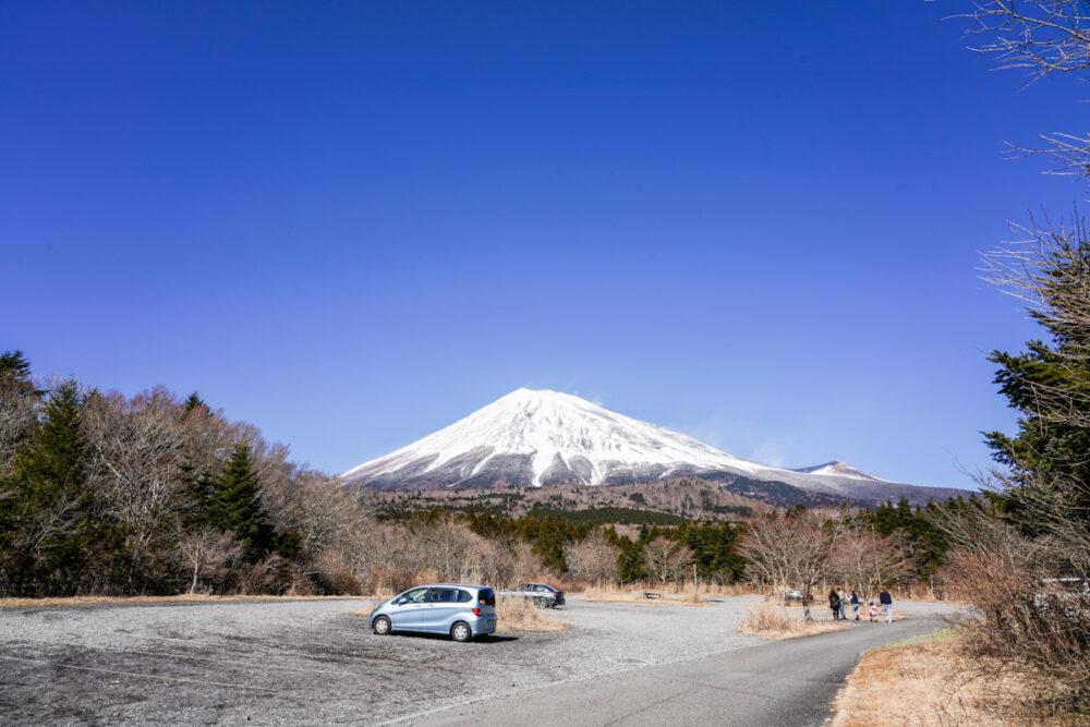 西臼塚駐車場。富士山を背景に