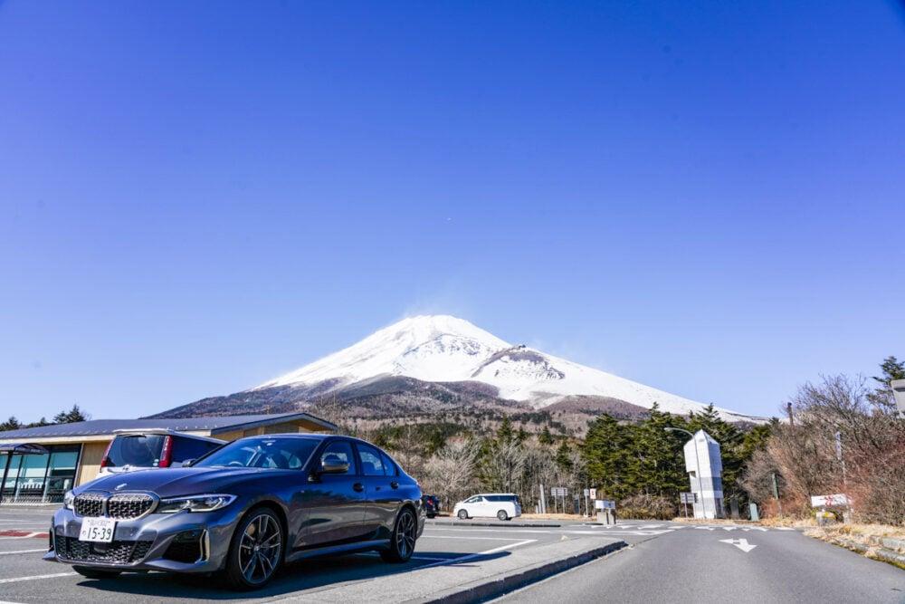 水ヶ塚公園の駐車場に停まるBMW M340i。背景は富士山