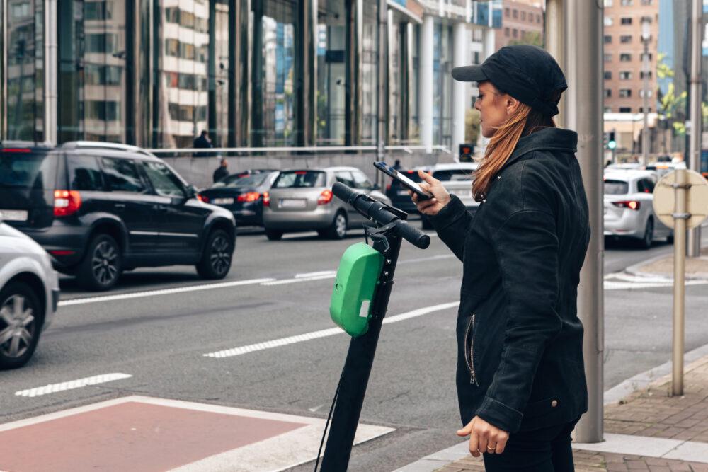 携帯電話で支払いをする女性