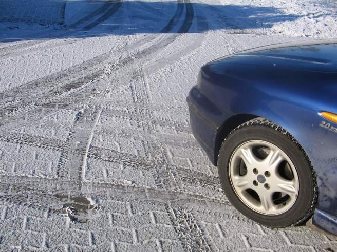 滑りやすい路面