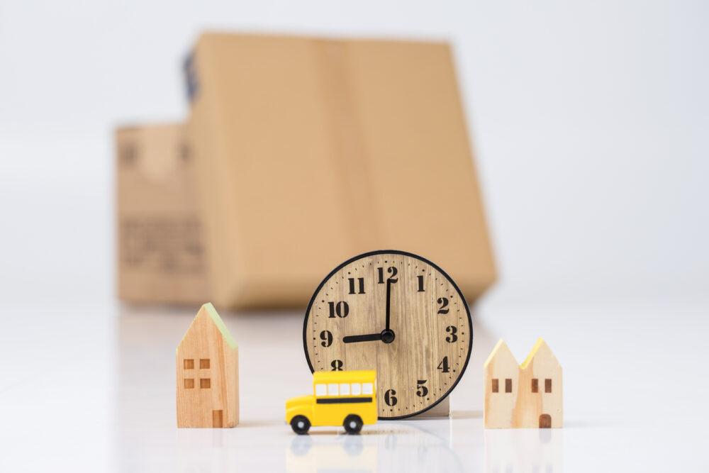 おもちゃの車と時計