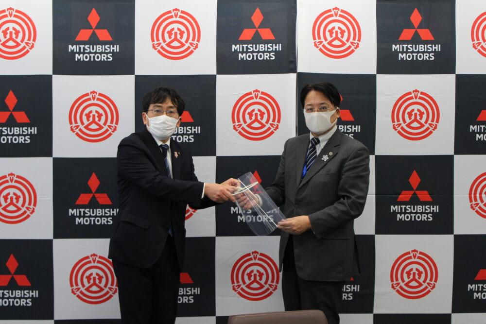 フェイスシールドを受け取る岡崎市の内田康宏市長