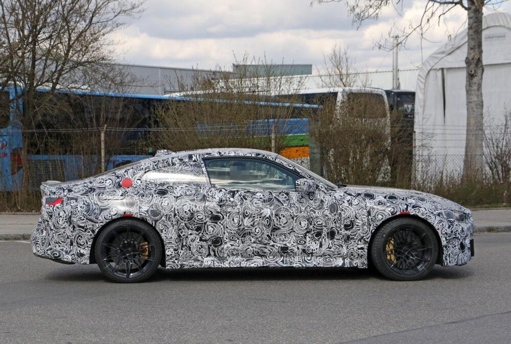 次期新型BMW M4クーペ スパイショット ボディサイド