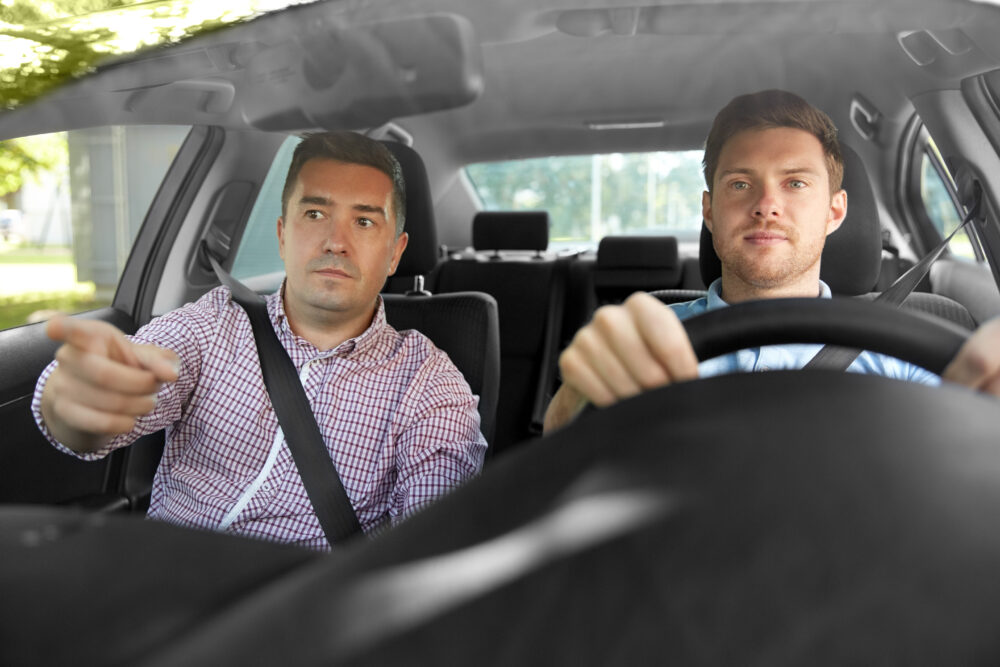 車の運転操作を習う男性