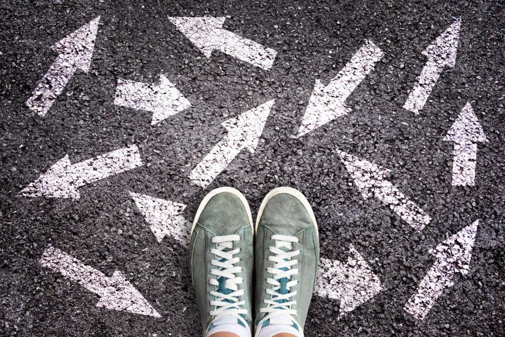 アスファルトに描かれた矢印マークの上の足元
