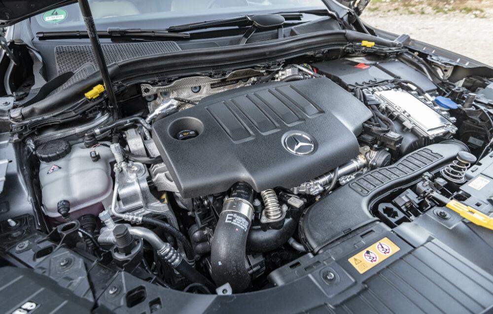 新型2代目メルセデス・ベンツ GLA(欧州仕様)のエンジンルーム