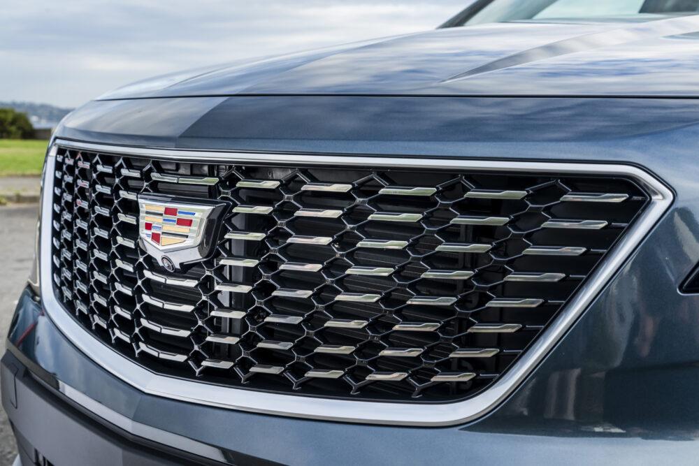 新型キャデラック XT4 プレミアムラグジュアリーのフロントグリル拡大