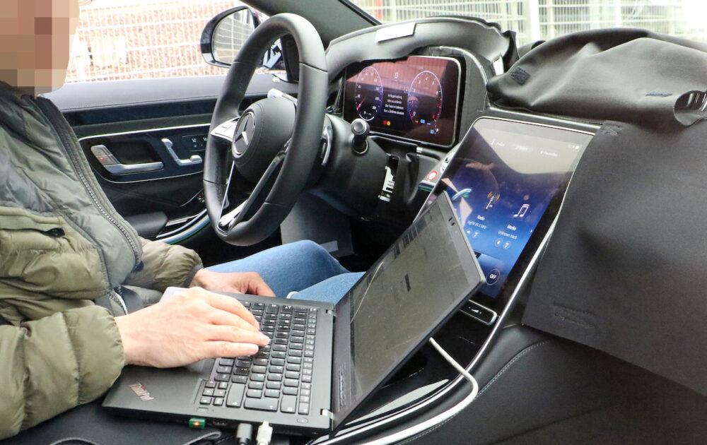 次期新型メルセデス・マイバッハ Sクラス プロトタイプのスパイショット インテリア。大画面ディスプレイ。
